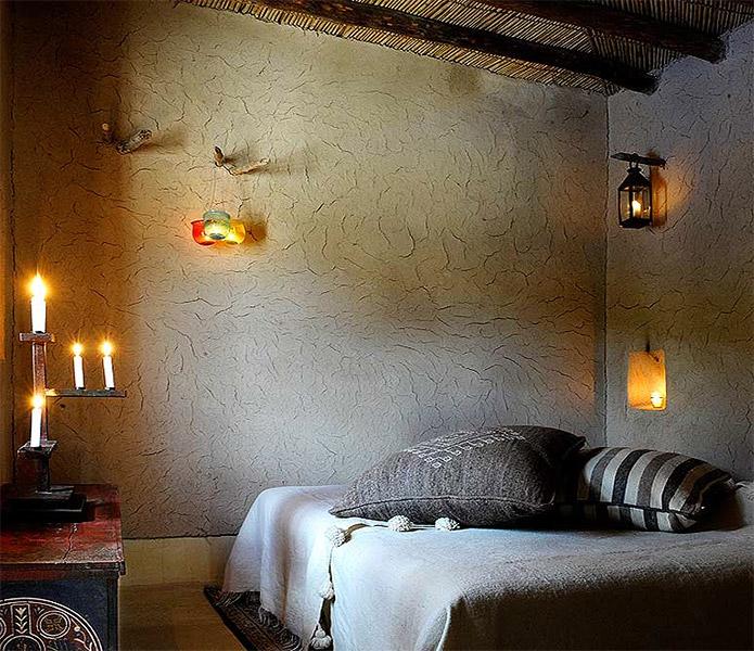 Protégés par d'épais murs de pisé, à l'abri des morsures du soleil, des chambres et des salons dévoilent leur charme authentique.